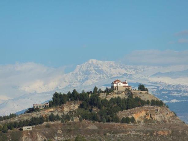 Ermita de los 3 Juanes (Sierra Elvira, Atarfe), con la cara norte de La Alcazaba al fondo...